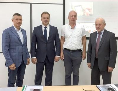 Депутатът Атанас Ташков (вторият вляво) след защитата с научната комисия. Вляво от депутата е проф. Николай Михайлов, първи рецензент на научния труд.