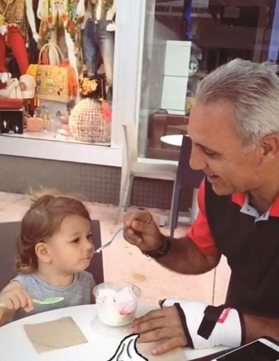 Христо Стоичков с внучката си Миа  Кадър: инстаграм/mikastoichkov