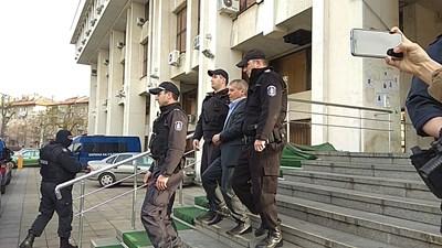 Георги Вълев е конвоиран с полицейски  бус до затвора в Плевен. Той бил качен в колата към 12,30 ч и пристигнал преди 14,30 ч.