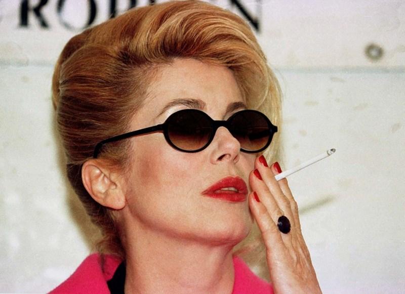 Катрин Деньов пуши като комин. СНИМКИ: РОЙТЕРС