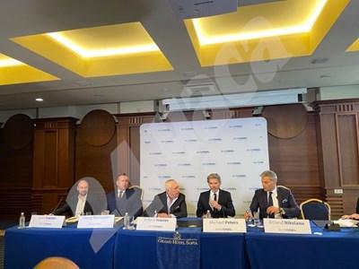 """Майкъл Питърс, главен изпълнителен директор на """"Евронюз"""", и шефът на тв """"Европа"""" Георги Харизанов, на пресконференцията днес СНИМКА: ПАОЛА ХЮСЕИН"""