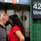 Американци чакат с маски метрото в Ню Йорк, където заразяването с варианта делта заплашително нараства. СНИМКА: РОЙТЕРС