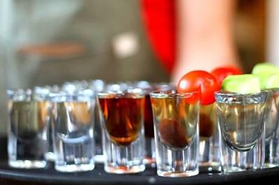 Шотове и коктейли с ракия са трендът в столични барове.