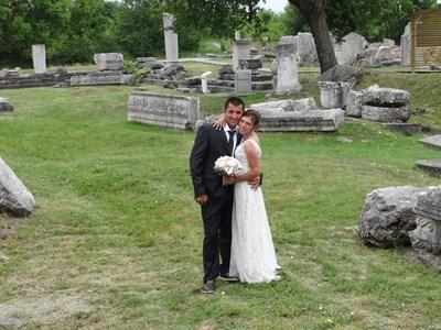 Младоженците сред античните колони и капители в археологическия резерват