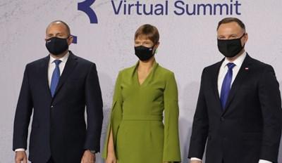 """Президентите Румен Радев и Анджей Дуда гостуваха в Талин на срещата """"Три морета"""". По средата е естонската им колежка. СНИМКА: ПРЕЗИДЕНТСТВО"""