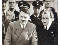 Фердинанд Порше /вдясно/ с Адолф Хитлер. Великият инженер се ползва с личните си симпатии на фюрера.