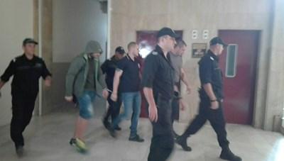 На предишното заседание в районния съд и тримата обвиняеми бяха доведени с белезници. Снимка:Елена Фотева