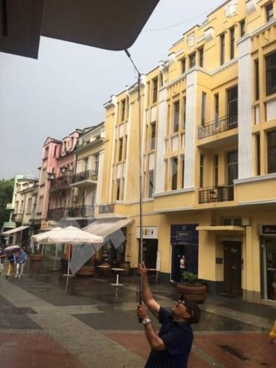 Главната улица на Пловдив опустя заради дъжда. Снимки: Радко Паунов СНИМКА: 24 часа