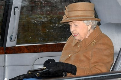 Кралицата тръгва за неделна църковна служба в Съдрингам.