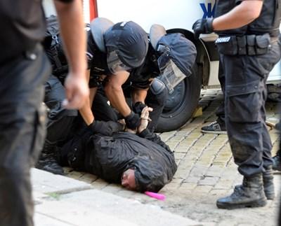 Полицаи са притиснали към земята един от арестуваните протестиращи.  СНИМКИ: ВЕЛИСЛАВ НИКОЛОВ, НИКОЛАЙ ЛИТОВ И ЙОРДАН СИМЕОНОВ