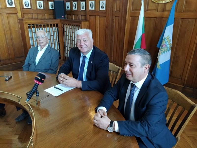 """Проф. Александър Чирков, кметът Здравко Димитров и шефът на здравната дирекция д-р Калин Калинов представиха плановете си за възраждането на """"Св. Мина""""."""