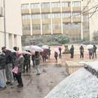 Струпване пред здравната инспекция в Благоевград има всяка сутрин вече два месеца. Хората чакат по няколко часа, след това още толкова пред лабораториите. СНИМКА: ТОНИ МАСКРЪЧКА