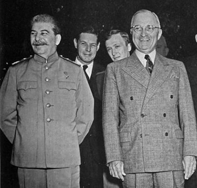 Конференцията в Потсдам. Чарлс Болън е зад гърба на Сталин.