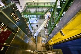 Чрез 4,5-хилядитонния детектор LHCb се измерва енергията на всяка частичка, установява се какъв вид е и цялата тази необятна информация постъпва в Световния суперкомпютър - GRID - сбор от 10 хиляди двуметрови компютъра. Оттам резултатите от експериментите се разпределят между физици по цял свят.