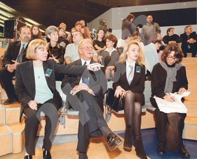"""Албърт Парсънс гледа първия брой на """"Шоуто на Слави"""". Вляво е Светлана Василева, също изпълнителен директор на Би Ти Ви, отдясно е пиарът Мирослава Бонева, която след време му става жена. СНИМКА: 24 часа"""