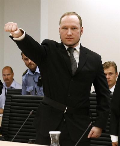Андерш Брайвик отправя любимия си поздрав в съдебната зала.  СНИМКА: РОЙТЕРС