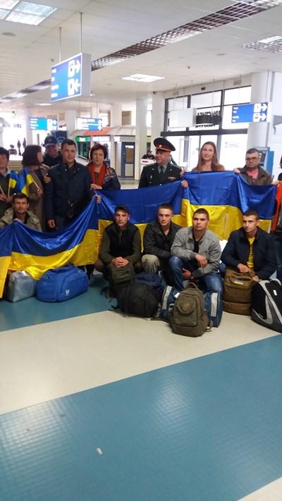 Ранените украински бойци пристигнаха с с националния флаг на летище София.. Униформеният в средата е военният аташе на Украйна полковник Леонид Кукуруза