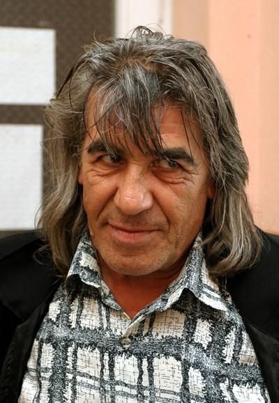 Веселин Павлов,  известен  като Весо Парцала,  има няколко издадени  хумористични албума.