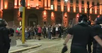 """Напрежение до """"Ларгото"""", задържаха петима протестиращи, хвърляли бутилки (Видео)"""