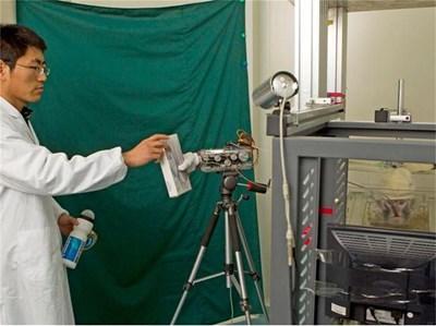 """Китайска маймуна задвижва ръката на робот в лаборатория. СНИМКИ: РОЙТЕРС И В. """"ЧАЙНА ДЕЙЛИ"""""""