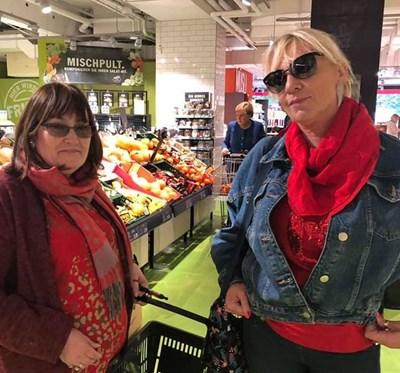 Маргарита Петкова и Нона Йотова, а на заден план е Ангела Меркел с пазарска количка. Снимки: фейсбук профила на Маргарита Петкова
