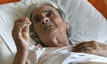 Нападнатата баба Наска от Белозем лежала цяла нощ на земята със счупен крак. Чакала сина си