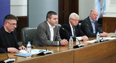 На брифинга присъстваха министрите Владислав Горанов, Росен Желязков, Кирил Ананиев и Данаил Кирилов. Снимки правителствена пресслужба