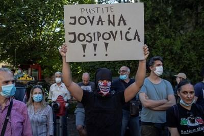 В Сърбия вчера за седми пореден ден бяха организирани протести против властите. Снимки: Ройтерс