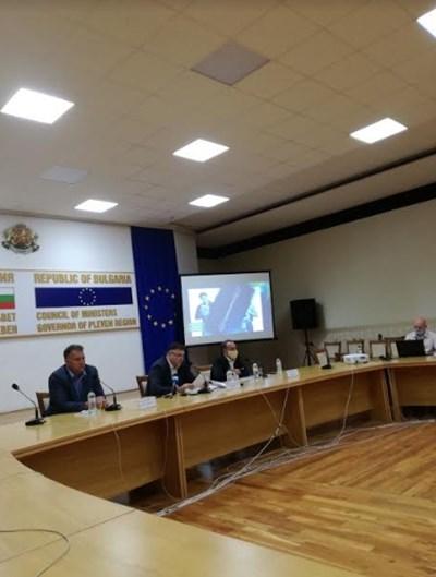 Валентин Николов, председател на парламентарната комисия по енергетика, областният управител Мирослав Петров, кметът на Белене Милен Дулев СНИМКА: Авторката