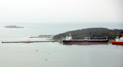 """На тази снимка, правена през 2010 г., пристанът на Доган, който е в далечината, все още не е удължен до 230 метра. На преден план е нефтеният терминал """"Росенец""""."""