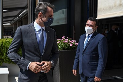 Премиерът на Република Северна Македония Зоран Заев разговаря днес с гръцкия си колега Кириакос Мицотакис на работна среща СНИМКА: РОЙТЕРС