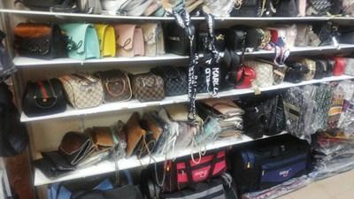 От два магазина в Слънчев бряг са иззети 666 чанти и 792 текстилни изделия, а от други два - още 970 чанти, портмонета, колани и часовници. Снимка: МВР