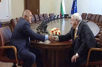 Премиерът Бойко Борисов поздравява Михаил Гусман от ТАСС преди началото на интервюто.
