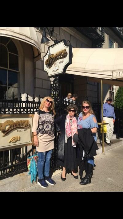 Стоянка Мутафова с дъщеря си Мария Грубешлиева (вляво) и мениджърката на турнето Петя Романова в Бостън  СНИМКА: ФЕЙСБУК
