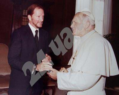 Това е снимка от срещата на Симеон II с папа Йоан Павел II през 1983 г., когато царят му предава Торинската плащаница. Тя ще бъде показана на изложба за архива на царя от годините му на изгнание в Мадрид, която се открива на 3 октомври. СНИМКИ: ДЕСИСЛАВА КУЛЕЛИЕВА СНИМКА: 24 часа