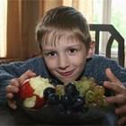 На масата винаги трябва да има измити плодове или зеленчуци, от които детето да си похапва.
