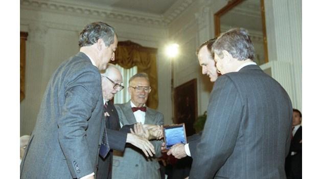 """Джордж Буш към Джон Атанасов, докато му връчва медал: """"Хубаво ли е в България?"""""""