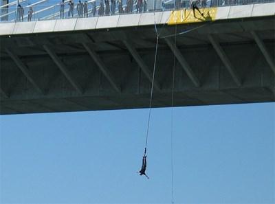 Десетки младежи си вдигнаха адреналина със скокове от 20 метра над нивото на Дунав. Снимка: Ваня Ставрева
