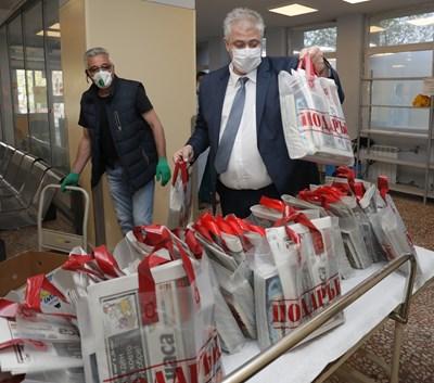 """Проф. Асен Балтов приема подаръци от """"24 часа""""- вестници, списания и книги, за лекарите на първа линия.  СНИМКА: НИКОЛАЙ ЛИТОВ"""