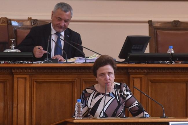 На зам.-шефа на НС Валери Симеонов, който води вчера парламентарния контрол, се падна честта да удари последния звънец в старата пленарна зала.   СНИМКА: ВЕЛИСЛАВ НИКОЛОВ