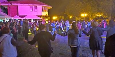 """Площад """"Месамбрия"""" до късно вечер бе изпълнен с хора, които се хванаха и на хоро."""