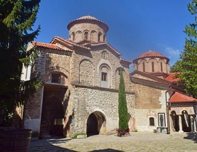 """""""Св. Архангели"""" (в лявата част) е свързана с основния храм на манастира """"Успение на св. Богородица"""" (в дясната част)."""