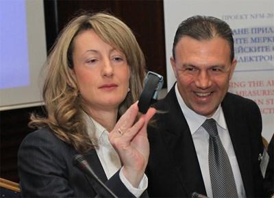 Министър Зинаида Златанова и шефът на затворите Митко Димитров показаха техниката на електронно наблюдение.