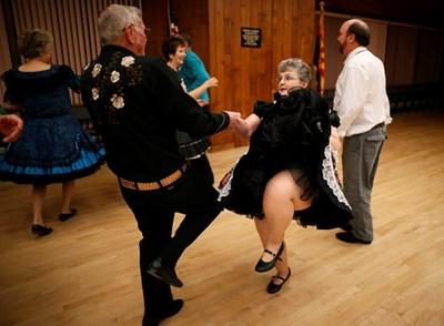 Американска двойка се забавлява с танци в пенсионерски клуб. СНИМКА: РОЙТЕРС