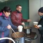 Д-р Невен Енчев раздава обяд на нуждаещи се заедно с почетния консул на Германия в Пловдив Марияна Чолакова