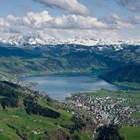 """Прекрасният алпийски пейзаж на Цуг по нищо не подсказва, че в него се върти около 3% от световната търговия с петрол и са регистрирани фирми, които държат марки като """"Картие"""", """"Пиаже"""" и """"Вашерон Константин""""."""