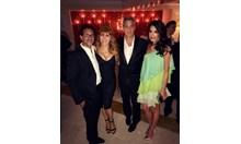 Семейство Клуни позира с гримьорката си на Фестивала във Венеция