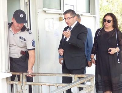 Министър Николай Нанков излиза от националното следствие след 3-часов разпит. СНИМКА: Румяна Тонeва