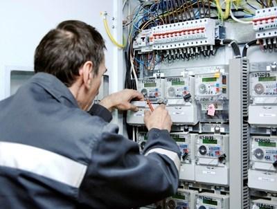 Техник на енергото проверява електромери. Снимка 24 ЧАСА