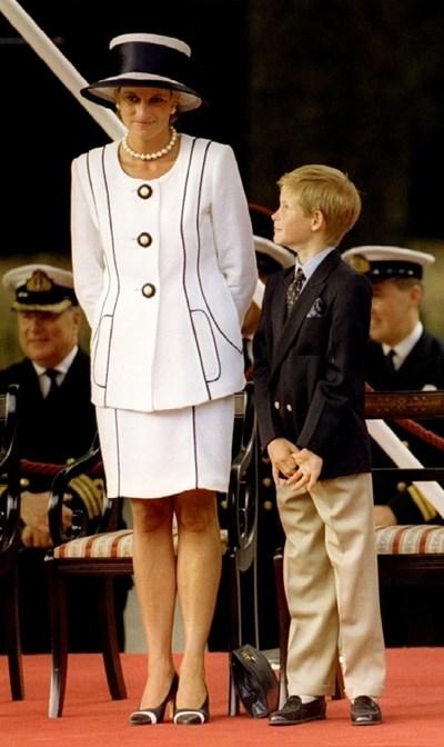 Лейди Даяна със сина си принц Хари, който върви по стъпките й. СНИМКИ: РОЙТЕРС